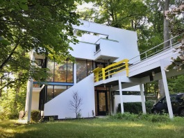 The Cube House was originally built for Graves's high school friends Jay and Lois Hanselmann.