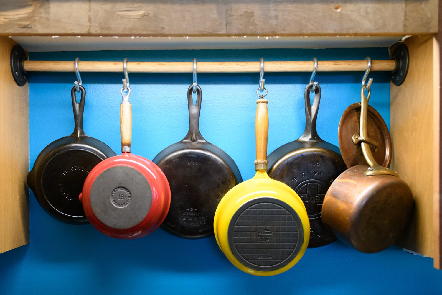 Pots and pans are hung up in a creative way in the kitchen.